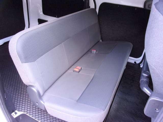 荷物も置きやすいベンチシート