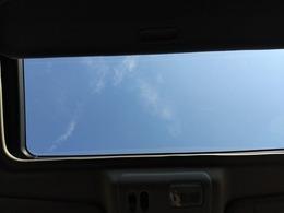 サンルーフ装備しています♪♪休日のドライブの休憩に空を眺めてみてはいかがでしょうか?