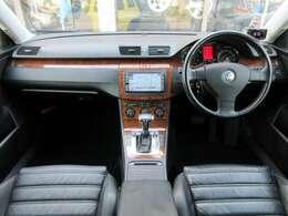 内装はブラックを基調としたシックで高級感のある雰囲気の車内になっております♪ウッドパネル類にも目立つキズや汚れ等も無くとてもキレイな状態です♪