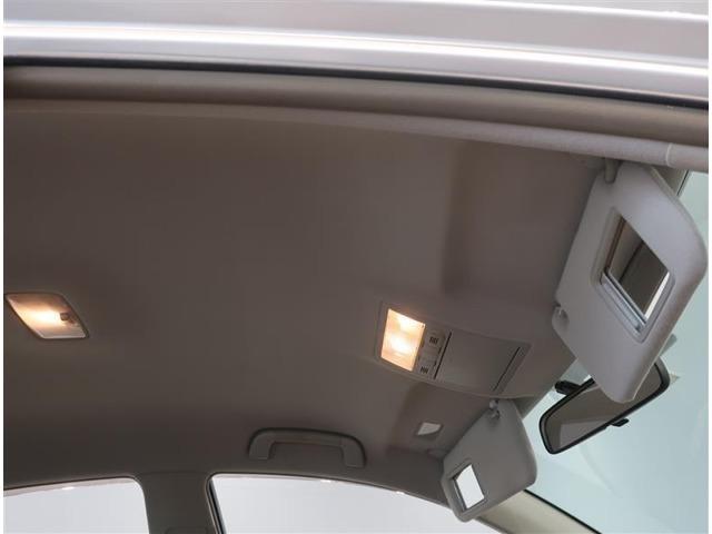 サンバイザーにはバニティーが付いています。照明付きですので便利です。