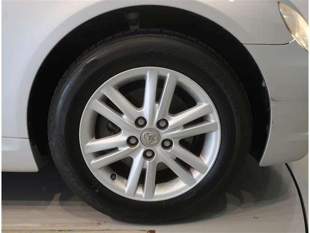 純正のアルミホイール装着車です。タイヤサイズは215/60R16です。