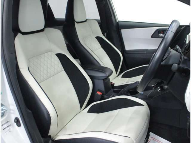 【運転席】ブラックを基調としたインテリアにホワイト/ブラックのレザーシート(合皮※メーカー基準)。シートリフターで座面の高さを調整可能です。シートヒーター・純正フロアマット付です。