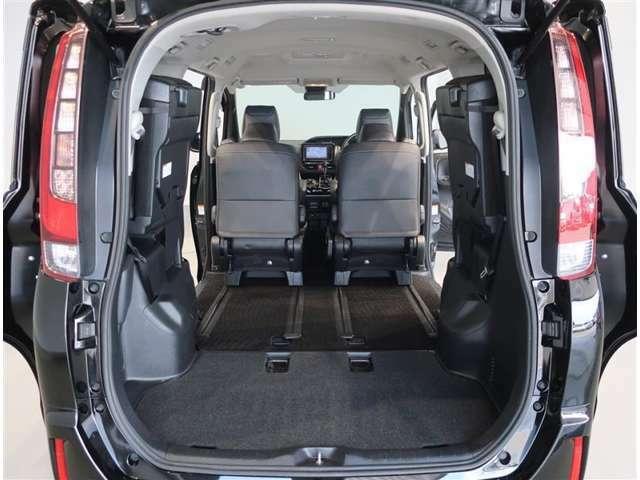 サードシートは左右跳ね上げて収納するスペースアップ機能タイプです。