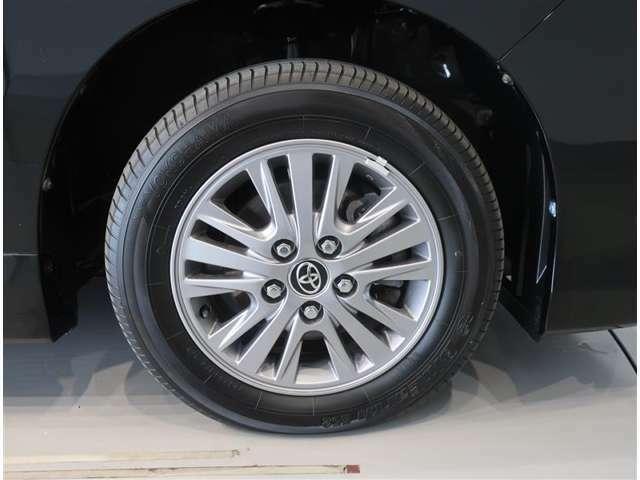 純正のアルミホイール装着車です。タイヤサイズは196/65R15です。