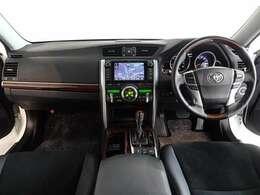 ウッド調と本革巻きのステアリングで、快適な操作性の運転席です。落ち着いたデザインでリラックスできます。