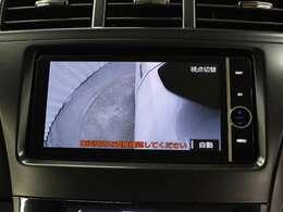 運転席からの死角となる左前のタイヤ付近を映し出し、安全に貢献するサイドモニターとバックガイドモニターを装備しています。