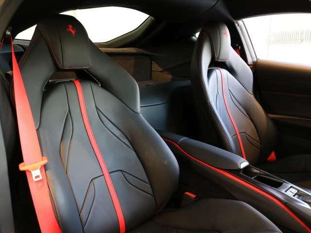 シートベルトも赤に変更されており、統一感があります。