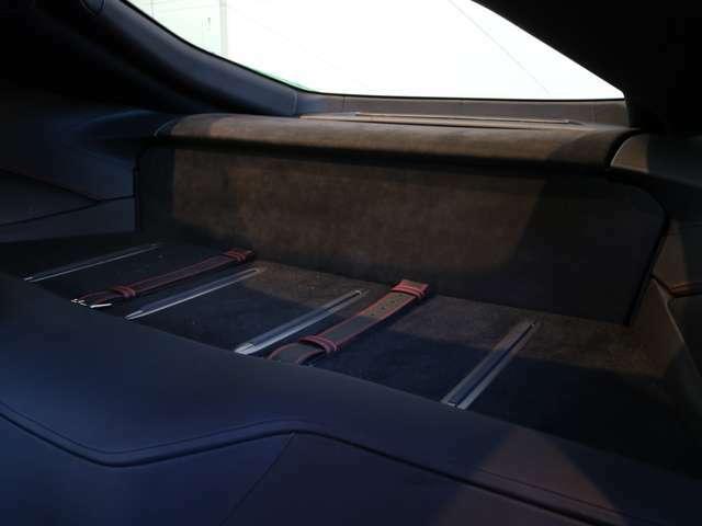シートの後ろにはお荷物を乗せるスペースがございます。