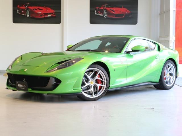 ボディーカラーと内装は、Verde Kers/Nero(緑メタリック/黒)の組み合わせです。