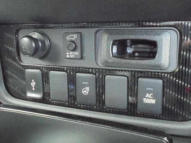 エアコンパネルの下にはUSB外部入力やハンドルヒーター、100V1500Wのメイン電源を装備!!
