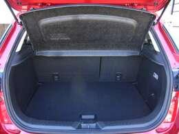 CX-3は、前後席ともに広くてゆとりの室内空間です。それだけでなく、5人フル乗車の時でも全員分の荷物をしっかり積むことができる、十分なラゲッジ容量を確保できています。