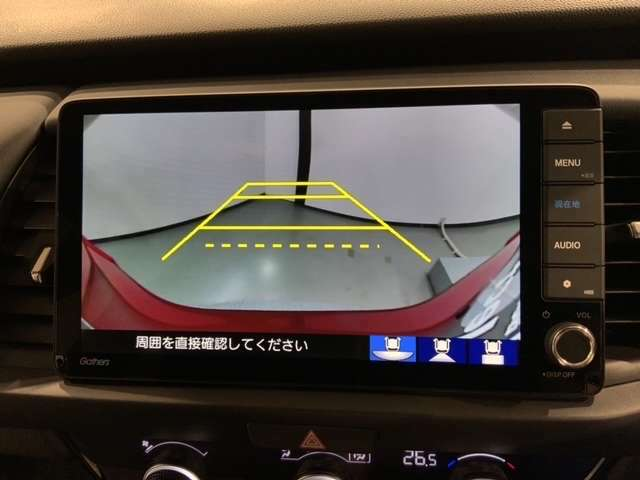 リバースギアに入れるだけで後方の表示へ切り替わります。夜間や雨の日の駐車が楽になります。