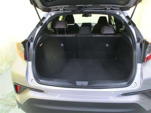 リアシートを倒せば荷室が広がり、たくさん積めます
