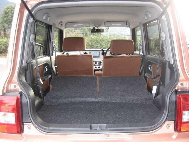 リヤシートを倒せばかなり大きな荷物やたくさんの荷物が入りますよ。