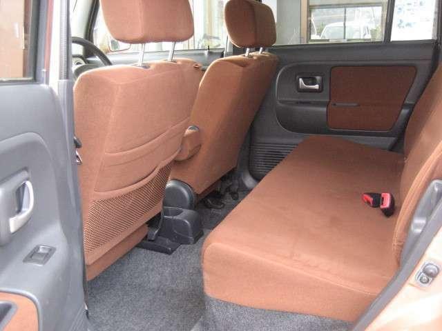 助手席シートの後ろにも収納があり無駄がありません。
