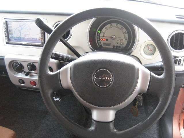 運転席に座ってみると手の届く範囲でいろいろな操作ができちゃいます。