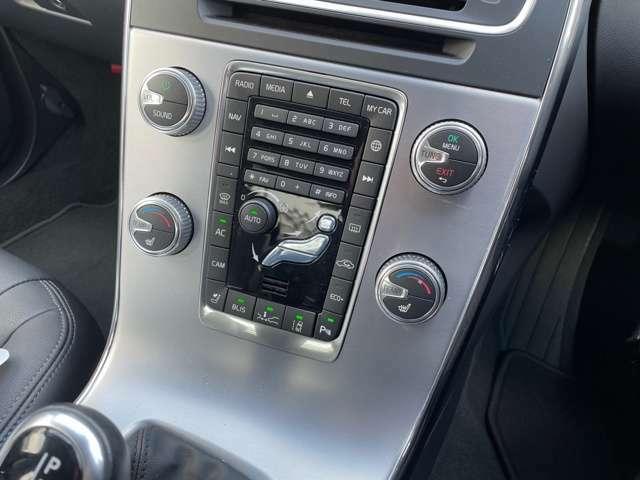 フルオートエアコン装備。左右独立のシートヒーター付き。