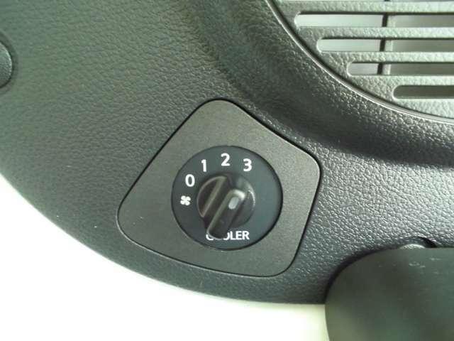 後部座席用に独立したクーラーのボリュームスイッチが付いています。