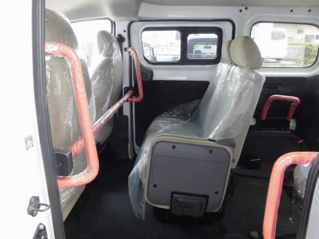 多数の手すりが設置された車内。