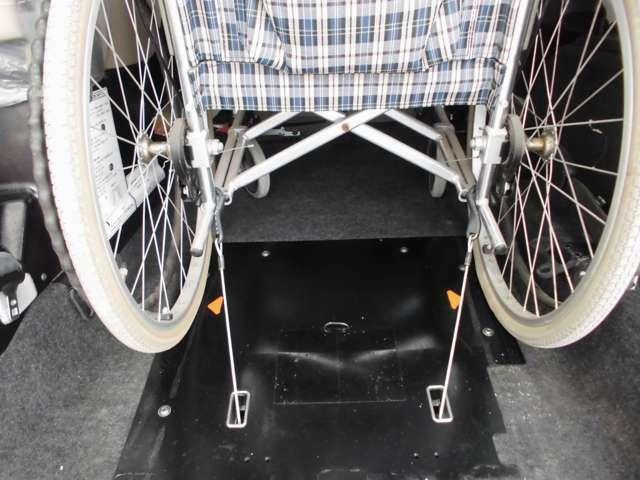 車いすをしっかり固定してくれる、ワイヤーフック式の電動固定装置。
