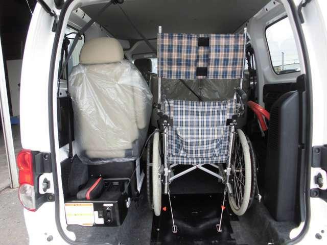車いす利用者の隣にひとり座れます。すぐ横でサポートすることができるので安心です。