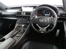 適度なホールド感と高品質感を共有し、満足感と安心感をもたらす運転席周りです。レクサスがご提案する世界観を是非、お楽しみください。