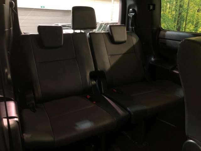 『サードシート』1番後ろの席だって、窮屈な思いはさせません!足元までしっかりスペースを確保できています!!シートの前後や、リクライニングも可能ですので、ゆったり座って頂けます♪