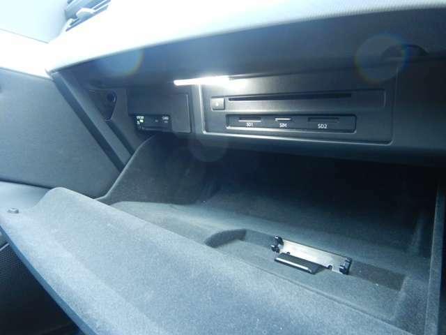 純正CD&DVDプレイヤーとETC2.0車載器はグローブボックス内に有