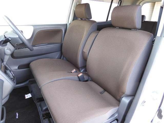 【ベンチシート】運転席と助手席は足元が繋がっているので自由に行き来が可能です!駐車場が狭いときに壁側にどうしても運転席をぴったり駐車せざる得ない場合でも助手席側からスムーズに乗り降り出来て便利です!!