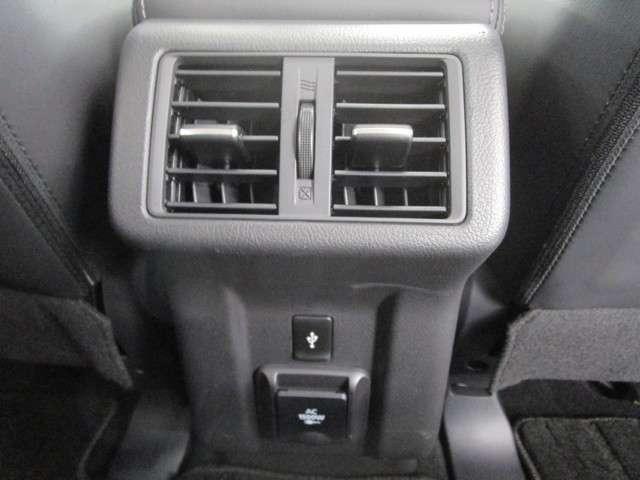 センターコンソールボックスにはエアコンの吹き出し口がございます。リヤシートでも快適に!AC100電源装備