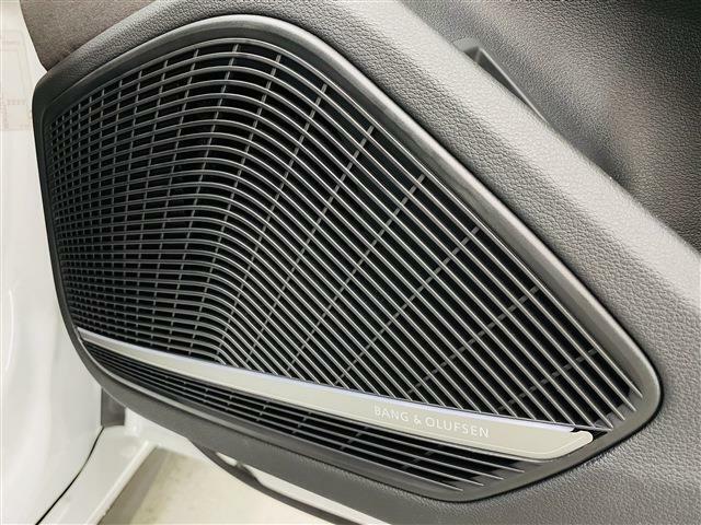 バング&オルフセン3Dシステムは車内に立体的な音響空間を作り出すために配置された19個のスピーカーを高出力パワーアンプにより駆動させ、静粛性に優れた室内に臨場感あふれる3Dサウンドを響き渡らせます。