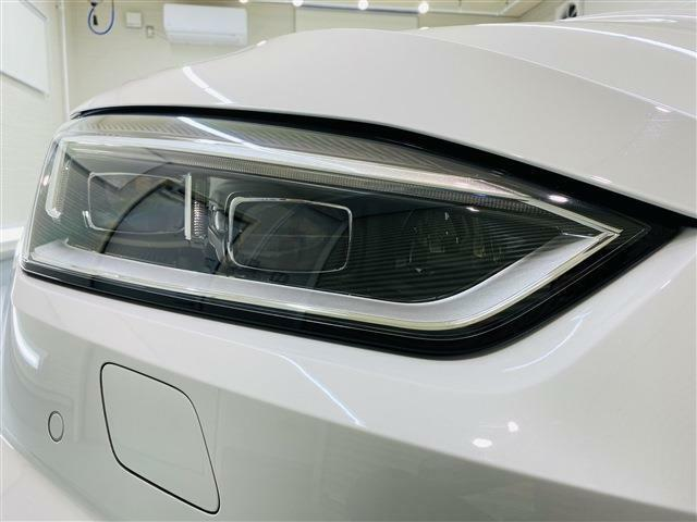 マトリクスLEDヘッドライトは対向車や前方を走るクルマに直接光を照射しないように自動でコントロールしながら、それ以外の車間エリアや周辺は明るく照らし、煩わしいロービームとハイビームの切り替えは不要です