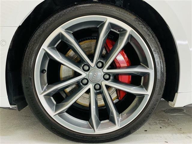 純正19インチSデザインアルミホイール。タイヤも7分残っており当面の間安心して走行可能です。輸入車・国産車問わず下取り・買取査定も承りますので、まずは03-6666-2544までお気軽にご相談下さい。