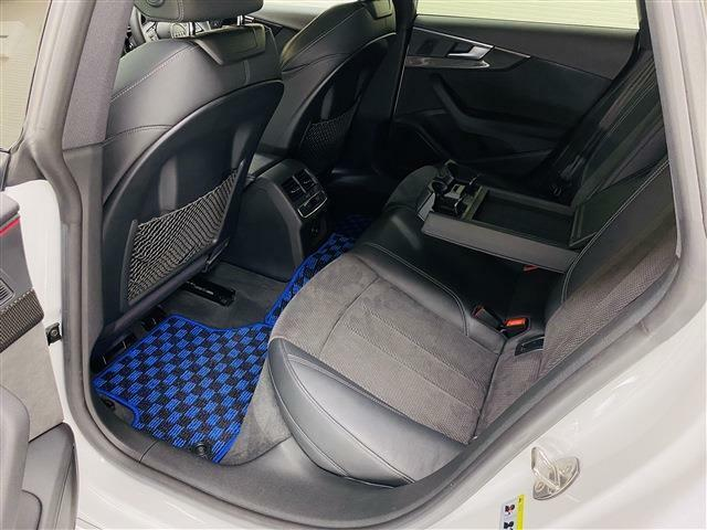殆ど使われていなかった様子のリアシート。ファミリーユースの車両で良く見かける前席背面の汚れや傷も殆ど有りません。後部座席に肘置き兼用のテーブル・カップホルダー・エアコンなど充実の装備がございます。