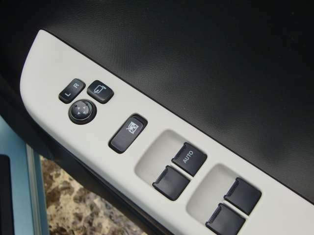 ドアミラーは電動式の角度調整&格納機能付きなので、座ったままラクラク操作できます。
