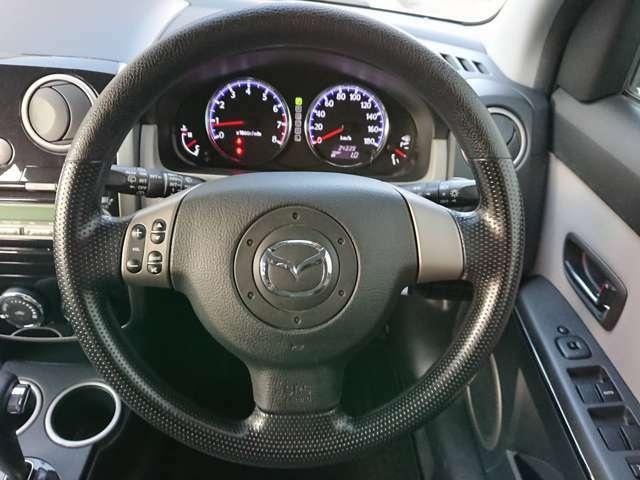 ステアリモコン付。走行中もハンドルから手を離さず操作で、安全!