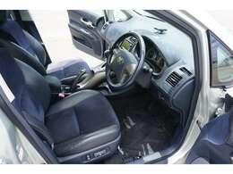 ☆純正フロアマット&ドアバイザー&スマートキー&プッシュスタート&運転席パワーシート&全席ハーフレザーシート が装備されております♪ ※運転席ドアトリムに若干焦げ穴がございます。