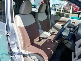 華やかな2トーンカラーの明るい室内!運転席は寒い朝に助かるシートヒーター付きで高さ調整可能