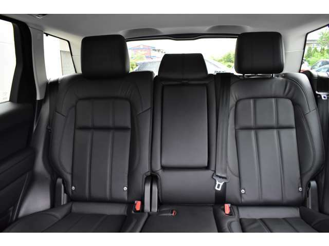 使用感も少なくコンディションの良いリアシート。ISOFIX対応チャイルドシートが取付可能なリヤシートは大人3人が十分に座れるスペースとアームレストも装着しています