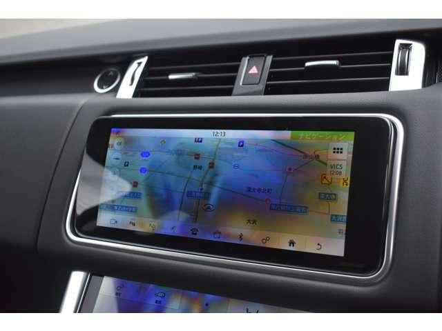 インストルメントパネルには10インチタッチスクリーンを装備。スマートフォン同様の直感的な操作性が可能で4x4インフォメーションを始めとしてTVチューナー・ナビゲーションシステムも装備されています。