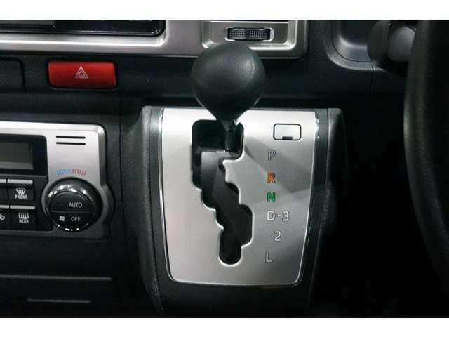 インパネATなので使いやすいです!足元も広くなりますので快適にドライブできます☆彡