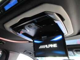 後席専用のALPINE12.8インチフリップダウンモニター付で、長距離でも退屈しません♪