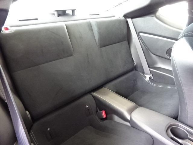 いざという時に便利な2人掛けの後席シートを備えています!