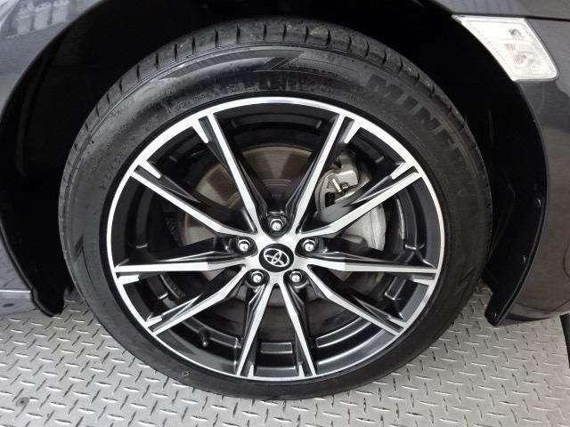 純正17インチアルミ!タイヤサイズは215/45R17です