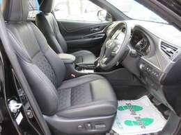 運転席、パワーシート機能付き♪ 専用ハーフレザーシートも、とてもお洒落ですね♪