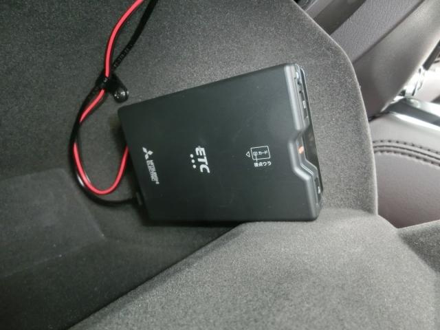 助手席グローブBOXの中にETC車載器が隠れるように付いてます。ETCがあれば高速道路の料金所もストレス無く通過できますし、料金も優遇される場合もありますのでとっても便利です☆