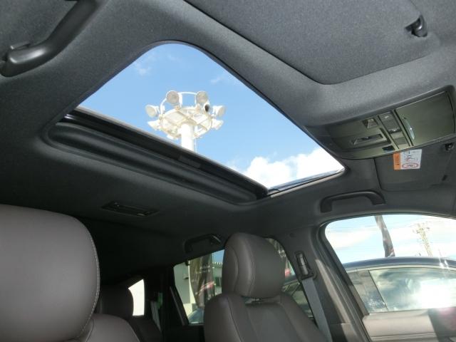 大きなサンルーフ。車内も明るくなり外の空気も景色も感じることもでき解放感タップリのうれしい装備ですね☆