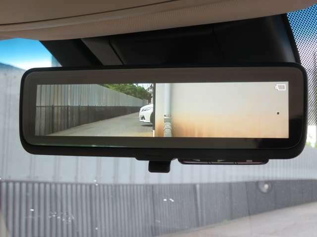 後方視界はデジタル式のミラーにて、夜間でも明るく視認性が良いです!