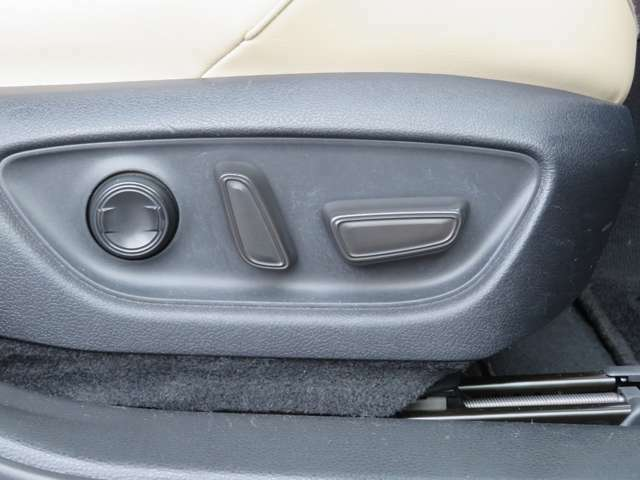 当然装備されてます!高級車の証!運転席・助手席の電動シート!