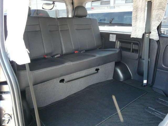 キャプテンシート×2!シートレール床埋込。各キャプテンシートのスライドレールを前にすれば広々としたカーゴスペースに!